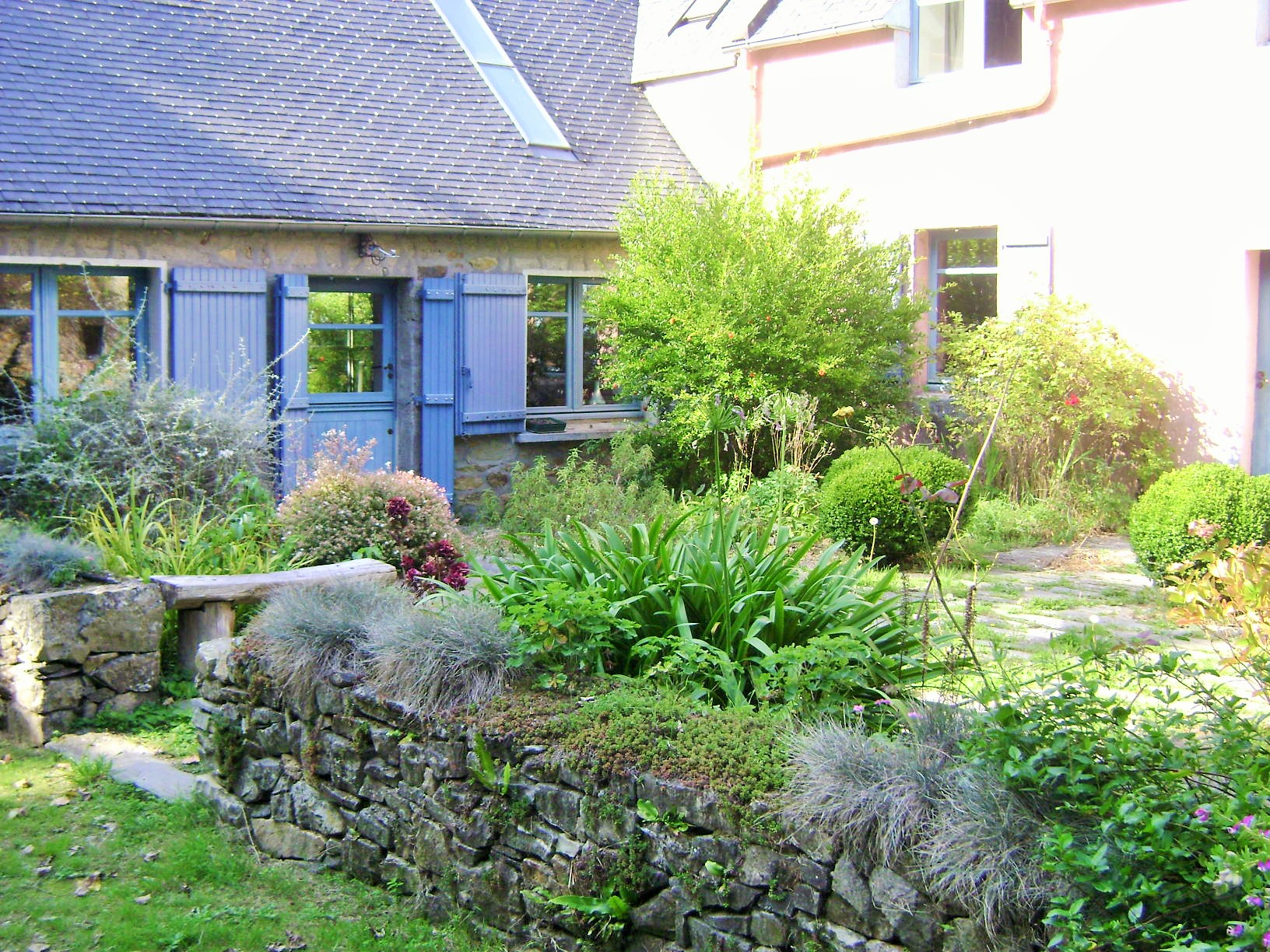 A Courtyard Garden For A Woodland Cottage Globetrotting