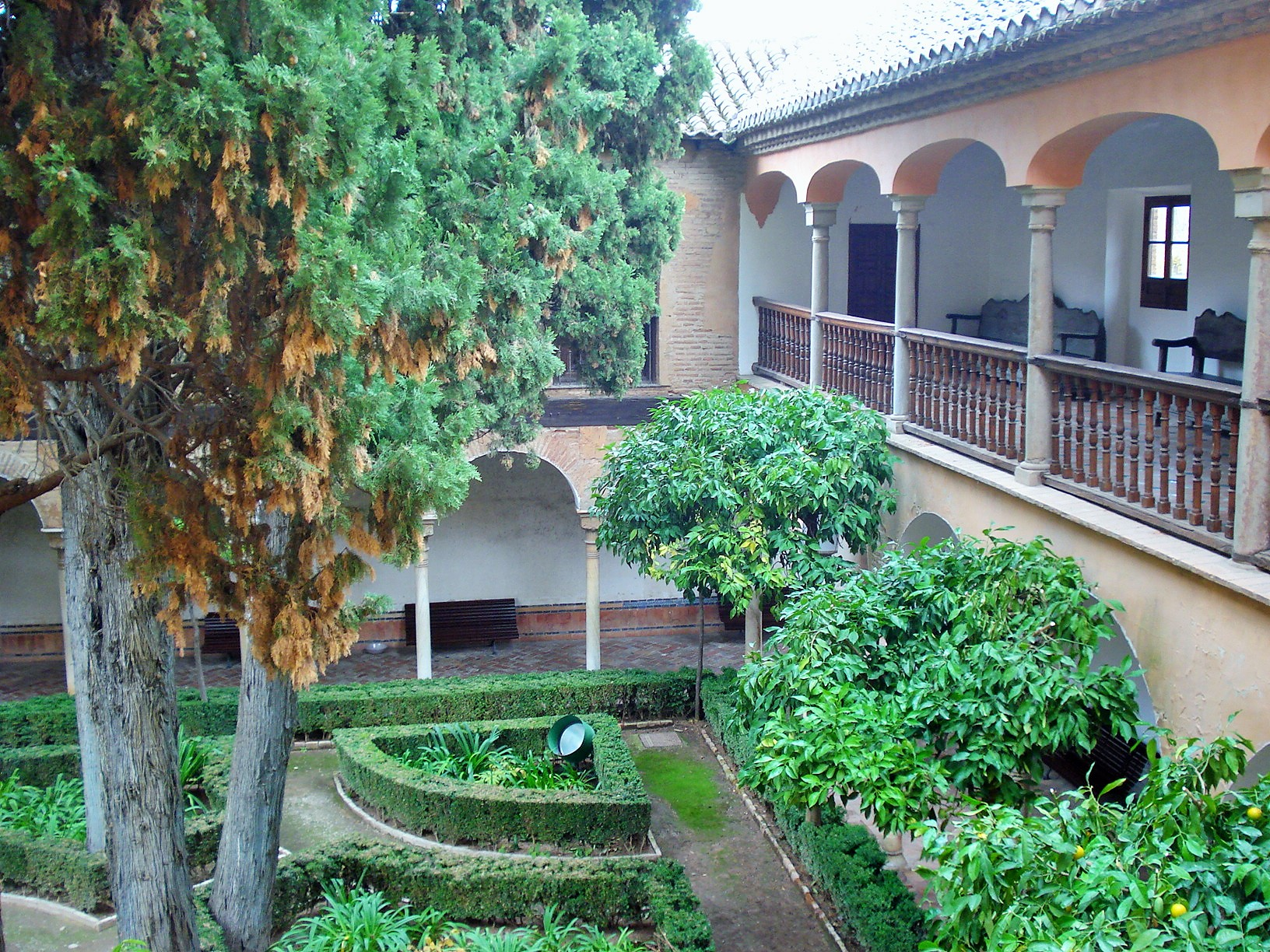 Alhambra s patio de lindaraja courtyards in granada for Patios de granada